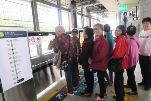 青洲老人中心: 輕軌新體驗
